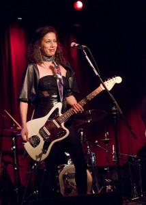 "Chanteuse guitariste Kim Bingham lors du lancement cd ""UP!"""