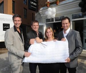 Alain Paradis, Stéphane Longpré et Pierre Côté, associés Limuro entourent Sylvie Fitzback, Directrice de l'Espace Boutique Limuro de Québec.