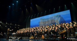 les 300 voix et les musiciens avec la Chef de Choeur Johanne Bolduc