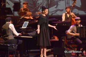 La chanteuse Anne Carrere incarnant Édith Piaf