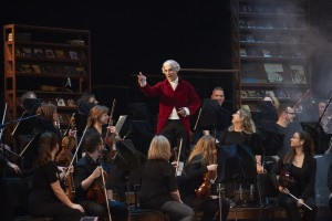 Antoine Durand dans le rôle de Joseph Haydn entouré des musiciens